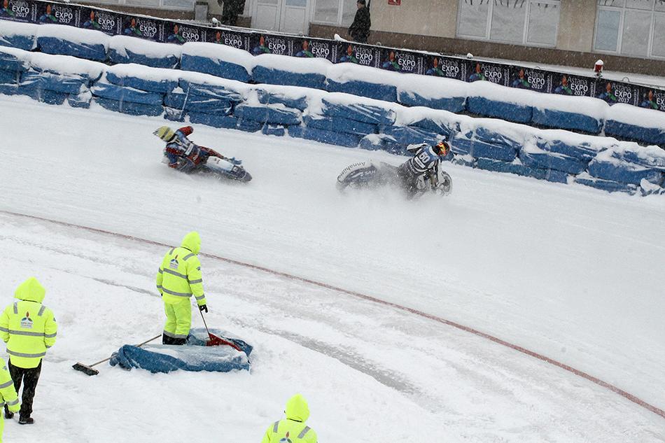 Однако россиянин удержался вседле, ашвед отправился вместе смотоциклом всено