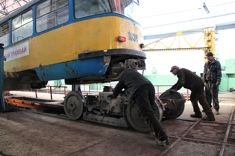 Март, 2013год. Работники депо ремонтируют учебный трамвай