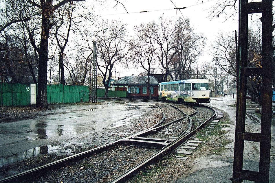 2005год. Трамвай Tatra T3в Алматы, наповоротном кольце наулице Жетысуйская