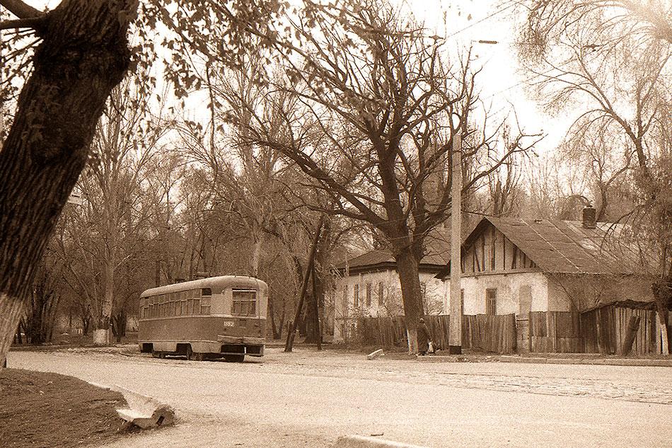 Трамвай РВЗ-6, г. Алма-Ата, угол улиц Комсомольская иТалгарская (ныне улицы Толе бииГ.Каирбекова), конечная маршрута №4. 1970-е годы