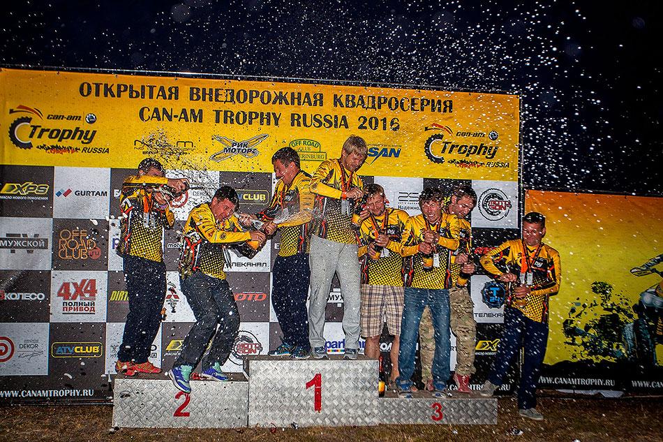 Чествование победителей, вручение заслуженных наград итрадиционные брызги шампанского