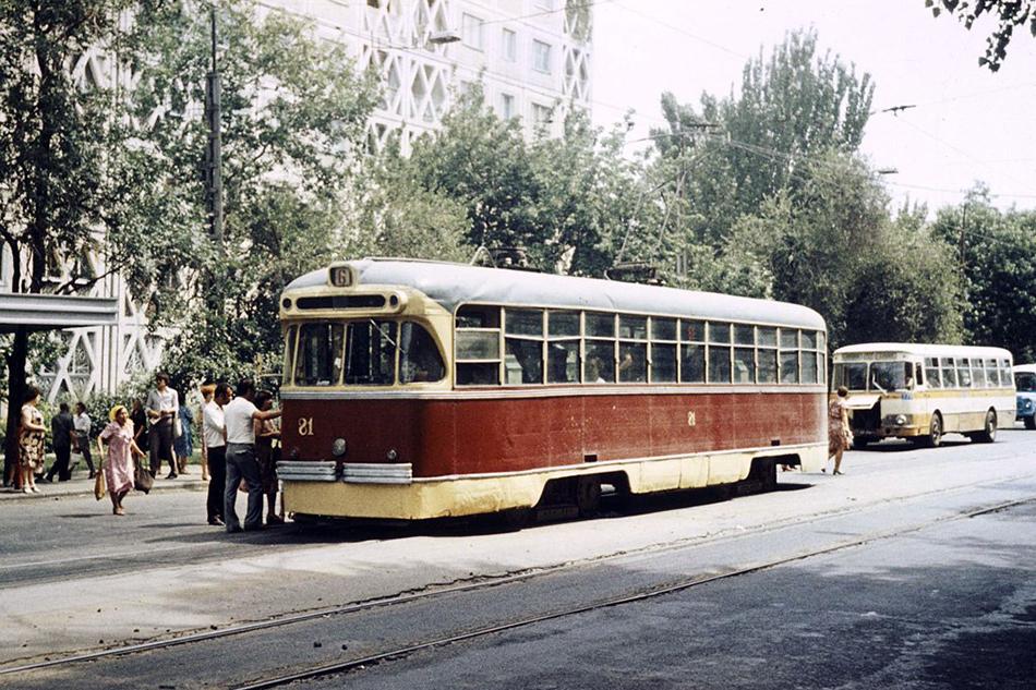 Трамвай РВЗ-6 производства Рижского вагоностроительного завода наулице Пастера (ныне Макатаева) врайоне Зелёного базара. 1970-е годы