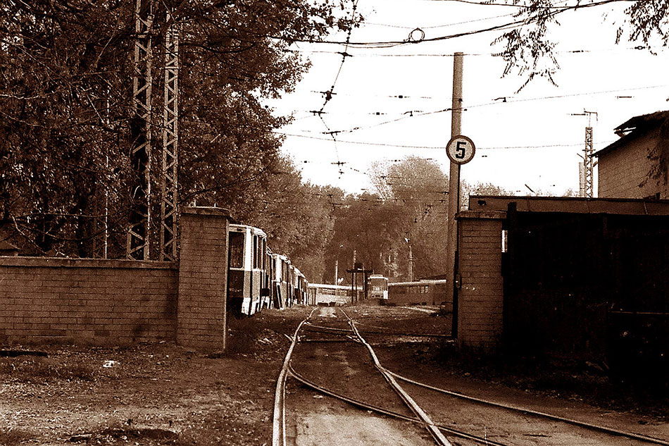 Первое трамвайное депо, строительство которого началось при СССР в1934году, посей день работает инаходится насвоём историческом месте— наулице Байтурсынова (ранее улица Космонавтов), южнее улицы Гоголя. Нафото начало 2000-х годов