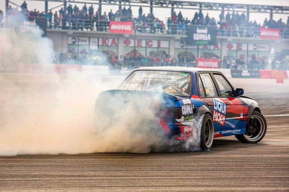 Темур Ципурия говорит всем, что под капотом его BMW стоит абсолютно стандартный 3-литровый турбомотор отToyota Supra. Однако количество дыма из-под его колёс, атакже очень хороший темп намекают наобратное