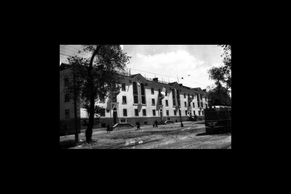 В кадр попала передняя часть трамвая КТМ/КТП-1 производства Усть-Катавского вагоностроительного завода вАлма-Ате, наулице Космонавтов (ныне улица Байтурсынова). 1960-е годы