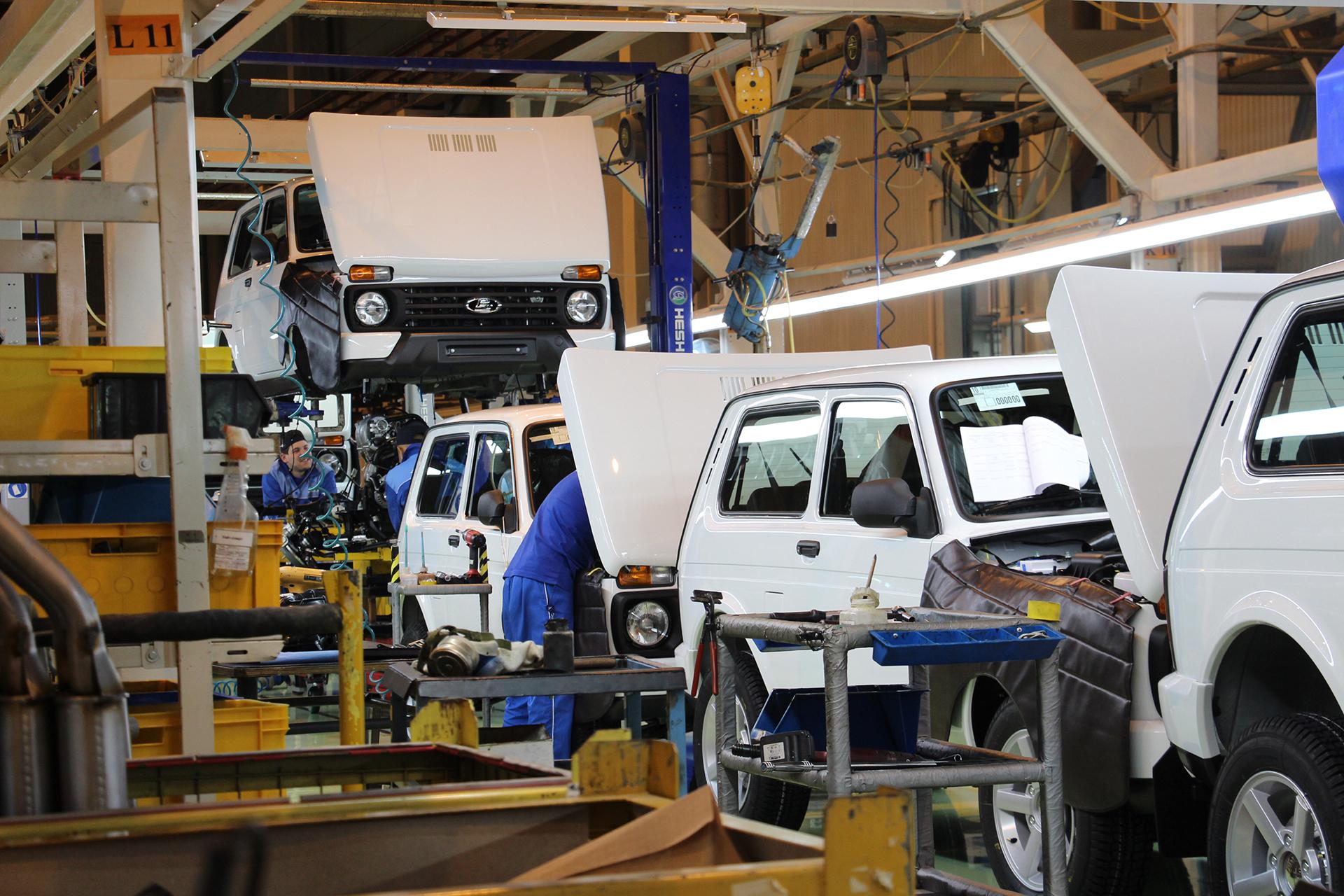 Сборка на конвейере автозавода автомобиля иллюстрирует процесс основные элементы ленточный конвейер