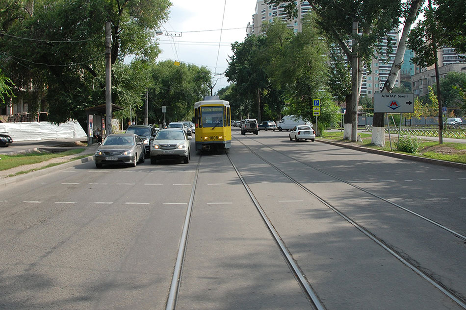 Трамвай №6, следующий поулице Жарокова