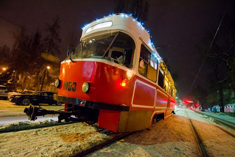 К фишкам южной столицы можно отнести передвижную кофейню Almaty Tram Cafe набазе старенького трамвая TatraT4, которая курсирует погороду ввечернее время уже несколько лет ипользуется большим успехом угорожан игостей мегаполиса