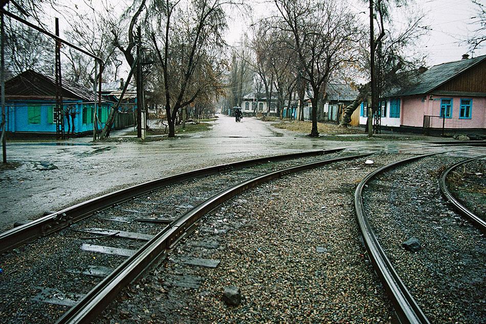2005год. Трамвайные пути наповоротном кольце вАлматы, напересечении улицы Арыковой сулицей Черкасской обороны