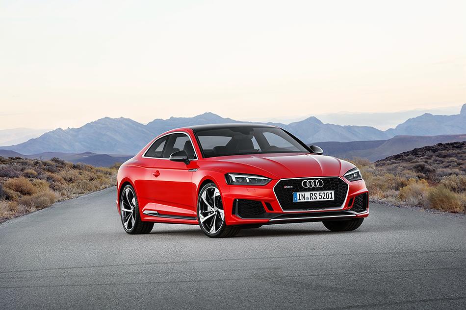 Audi RS5. Новое поколение заряженного немецкого купе. Мотор тут отPorsche Panamera. Это2.9-литровый агрегат мощностью 450сил. Первую сотню авто набирает за3.9секунды. Что делает RS5не только мощнее, ноибыстрее BMW M4.